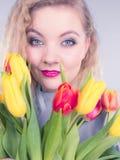 Mulher bonita com grupo amarelo vermelho das tulipas Imagens de Stock