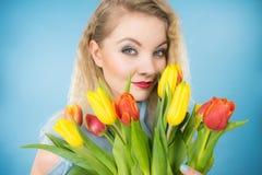 Mulher bonita com grupo amarelo vermelho das tulipas Imagem de Stock