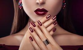 Mulher bonita com joia vestindo perfeita da composição e do tratamento de mãos fotografia de stock royalty free