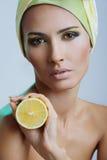 Mulher bonita com limão e composição brilhante fotos de stock royalty free