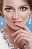 Mulher bonita com máscara do gato e da composição profissional Fotos de Stock Royalty Free