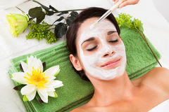 Mulher bonita com máscara facial em termas Imagens de Stock