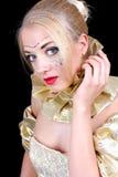 Mulher bonita com máscara venetian dourada imagem de stock