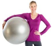Mulher bonita com mão na bola guardando anca da aptidão fotos de stock royalty free