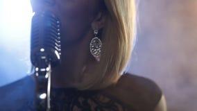 Mulher bonita com mic video estoque