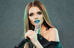 Mulher bonita com microfone Cabelo longo Fotos de Stock