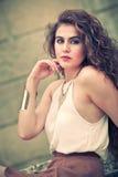 Mulher bonita com o cabelo encaracolado exterior composição Imagem de Stock Royalty Free