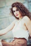 Mulher bonita com o cabelo encaracolado exterior composição Fotografia de Stock