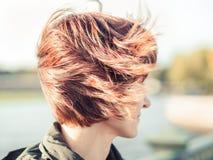 Mulher bonita, com o cabelo marrom que vibra no vento Autum ensolarado foto de stock royalty free