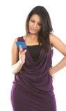 Mulher bonita com o cartão de crédito azul imagem de stock royalty free