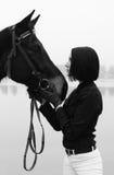 Mulher bonita com o cavalo em preto e branco Foto de Stock Royalty Free