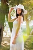 Mulher bonita com o chapéu branco do sol Imagem de Stock