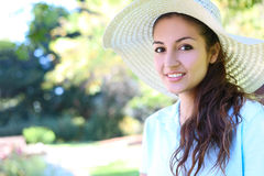 Mulher bonita com o chapéu no parque Fotografia de Stock