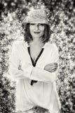 Mulher bonita com o fundo cintilante, incolor Imagens de Stock Royalty Free