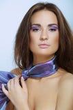 Mulher bonita com o lenço violeta da cor imagem de stock royalty free