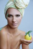 Mulher bonita com o limão no lenço amarelo fotografia de stock royalty free