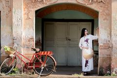 Mulher bonita com o vestido do tranditional da cultura de Vietname imagens de stock