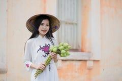 Mulher bonita com o vestido do tranditional da cultura de Vietname fotos de stock