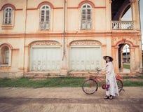 Mulher bonita com o vestido do tranditional da cultura de Vietname foto de stock royalty free