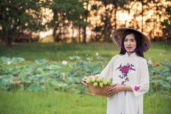 Mulher bonita com o vestido do tranditional da cultura de Vietname imagem de stock royalty free