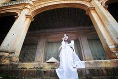 Mulher bonita com o vestido tradicional da cultura de Vietname, Ao dai foto de stock