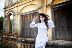 Mulher bonita com o vestido tradicional da cultura de Vietname, Ao dai imagens de stock royalty free