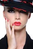 Mulher bonita com os bordos vermelhos brilhantes Foto de Stock Royalty Free