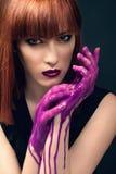 Mulher bonita com os dedos cobertos na pintura Imagens de Stock Royalty Free