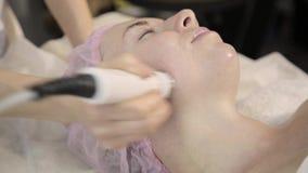Mulher bonita com os olhos fechados que obtêm o rf que levanta em sua cara Melhorando o olhar sem cirurgia vídeos de arquivo
