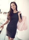 Mulher bonita com os sacos de compras na alameda grande Imagens de Stock Royalty Free