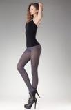Mulher bonita com pés 'sexy' longos nas meias e nos saltos altos Imagem de Stock Royalty Free