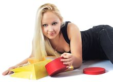 Mulher bonita com pacotes e caixas Fotografia de Stock