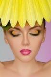 Mulher bonita com papel amarelo Imagens de Stock Royalty Free