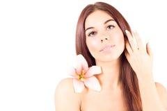 Mulher bonita com pele limpa e com cabelo tocante da flor Resultado facial Fotos de Stock Royalty Free