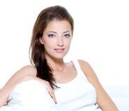 Mulher bonita com a pele limpa que senta-se no sofá Fotos de Stock