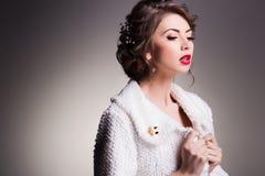 Mulher bonita com a pele perfeita que veste a composição natural imagens de stock royalty free