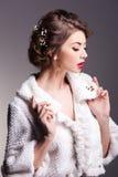 Mulher bonita com a pele perfeita que veste a composição natural fotos de stock