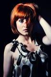 Mulher bonita com penteado curto do prumo da forma imagens de stock royalty free