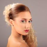 Mulher bonita com penteado da fôrma e composição do encanto Imagem de Stock Royalty Free