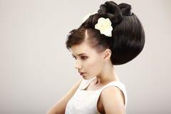 Mulher bonita com penteado luxuoso na moda Fotografia de Stock Royalty Free