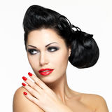 Mulher bonita com pregos e os bordos vermelhos Imagem de Stock