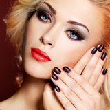 Mulher bonita com pregos pretos e os bordos vermelhos Fotografia de Stock