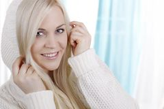Mulher bonita com pulôver do inverno Fotografia de Stock
