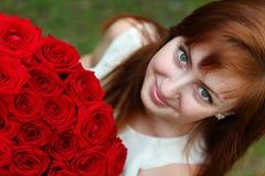 Mulher bonita com rosas imagem de stock