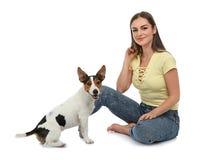 Mulher bonita com seu cão bonito foto de stock