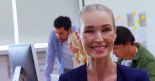 Mulher bonita com seus colegas no fundo 4k filme