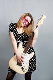 Mulher bonita com sorriso da guitarra Fotografia de Stock