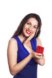 Mulher bonita com surpresa do presente da caixa de presente do dia de Valentim sobre Foto de Stock