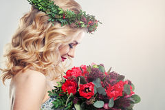 Mulher bonita com Tulip Flowers imagens de stock royalty free
