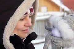 Mulher bonita com um boneco de neve Imagem de Stock Royalty Free